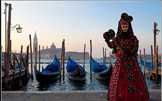 В Венеции начался знаменитый Карнавал: без туристов, но в медицинских масках